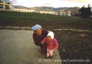 Mongolei Ulan-Bator Frau mit Kind