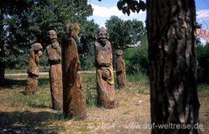 Holzschnitzereien im Kinderpark in Ulan Bator