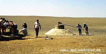 Usbekistan Brunnenbau in der Wüste