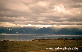 Baikalsee, Insel Olchon, Sibirien, Russland, Wasser, Berge, Ufer, Sandstrand, Gräser, Wolken