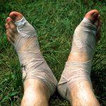 Outdoor; Notfall; Ausrüstung; Füße, Fuß, Binden; Verband; verletzt, Rasen, Gras, grün