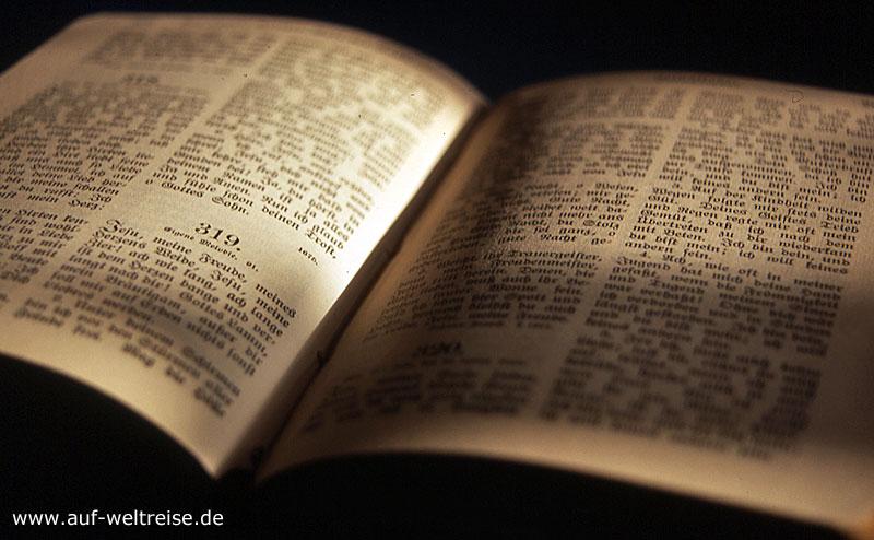 Buch, aufgeschlagen, aufschlagen, Schrift, Fraktur, schwarz gelb, weiß,