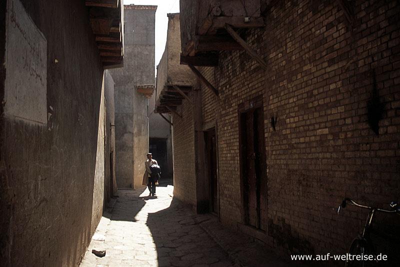 Usbekistan, Zentralasien, Taschkent, Altstadt, Häuser, Mensch, Mann, gehen, tragen, schleppen, Bauwerk, Mittelasien, Tür, Eingang, Gasse