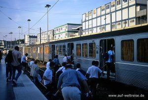 Zug, Bahn, Eisenbahn, S-Bahn, überfüllt, Bahnsteig, Frankreich, Europa, Paris, Menschen, Fahrgäste, Männer, Frauen, Kinder, Gleis