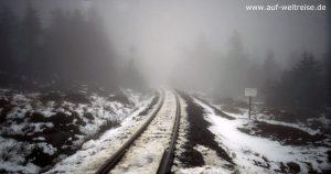 Deutschland, Mittelgebirge, Harz, Brocken, Gebirge, Nebel, Regen, Niesel, Schienen, Bahnübergang, Bahn, Eisenbahn, Kleinbahn, Schnee, tauen, Bahn, Strecke