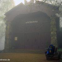 Deutschland, Harz, Walpurgishalle, Nebel, Rucksack, Berg, Tor, Weg, wandern, Pause