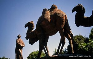 Zentralasien, Usbekistan, Seidenstraße, Mittelasien, Denkmal, Stein, Kamel, Mann, Karawane, ziehen, Bäume, Baum, Himmel, blau, hoch, weit