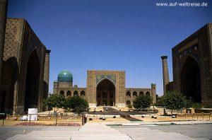Zentralasien, Mittelasien, Seidenstraße, Usbekistan, Samarkand, Registan, Platz, Türme, Kuppeln, Portal, Bauwerk, Architektur, Minarett, Moschee, groß, wolkenlos, Himmel, blau