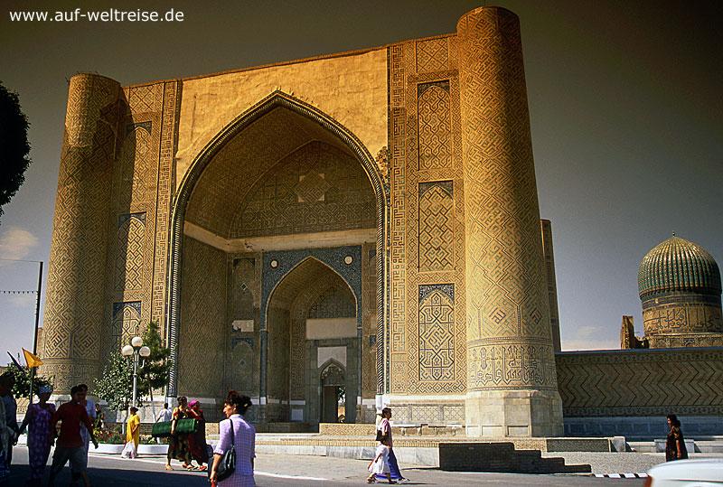 Bibi Xanom, Zentralasien, Mittelasien, Seidenstraße, Usbekistan, Samarkand, Architektur, Moschee, Bauwerk, hoch, Portal, Himmel, blau, wolkenlos, Menschen, Frauen, gehen, Turm, Kuppel