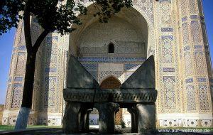 Bibi Xanom, Koran, Stein, Zentralasien, Mittelasien, Seidenstraße, Usbekistan, Samarkand, Architektur, Moschee, Bauwerk, hoch, Portal, Himmel, blau, wolkenlos