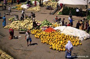 Zentralasien, Usbekistan, Asien, Seidenstraße, Mittelasien, Markt, Händler, Handel, handeln, verkaufen, kaufen, Melonen, Menschen, Männer, Frauen, anbieten, Platz