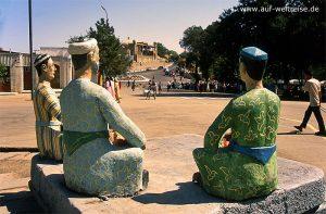 Skulpturengruppe, Skulptur, Zentralasien, Usbekistan, Asien, Seidenstraße, Mittelasien, Männer, Gruppe, erzählen, Blick, sitzend, sitzen, Baum, Bäume, Straße