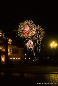 Deutschland, Dresden, Sachsen, Semperoper, Feuerwerk, Silvester, Feier, Fete, Party, Knallkörper, Feuerwerkskörper, Raketen, fliegen, Luft, Himmel, Nacht, dunkel, aufsteigen