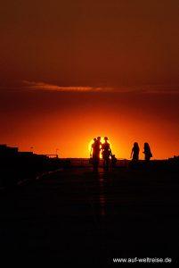 Frankreich, Sonnenuntergang, Sonnenaufgang, Menschen, Frauen, Schatten, Licht, Sonne, rot, gelb, Himmel, Straße