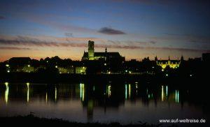 Frankreich, Nevers, Kathedrale, Fluss, Loire, Kirche, Region, Bourgogne, Franche, Comté. Zentralfrankreich, Bauwerk, Stadt, Stadtansicht, blau, Dämmerung, Nacht