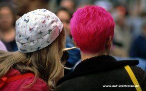 England, Großbritannien, Vereinigtes Königreich, Menschen, Personen, Europa, Insel, rot, Mütze, Kopf, Bedeckung, hinten, Rückseite, Portrait, Frauen, Frau, weiblich