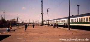 Kasachstan, Steppe, Asien, Zentralasien, Aralsk, Zug, Bahn, Eisenbahn, Bahnhof